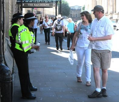 2016 05 26 Police talking to tourists